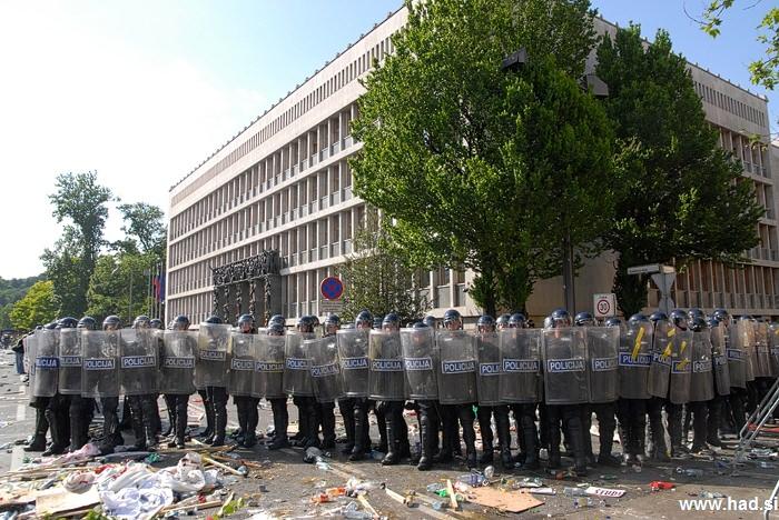 Policija pred parlamentom 07