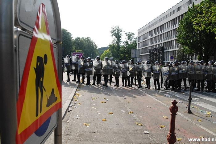 Policija pred parlamentom 10