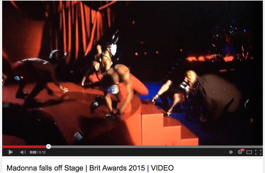 Madonna - padec z odra na podelitvi Brit Awards