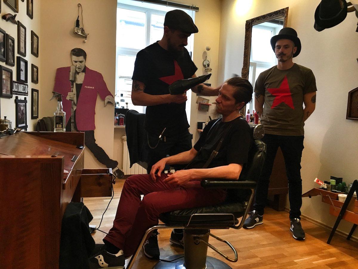 Frizerski saloni in njihova kreativnost / uredništvo pričesk, dresura frizure, nežnovanje las