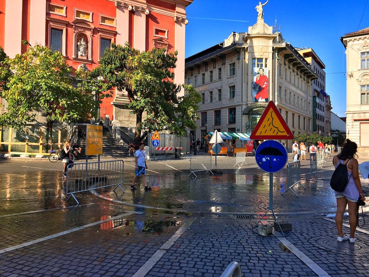 Ljubljana / Prešernov trg ima svoje vreme in najgrše znake / označevalne table