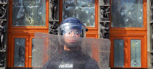 Policija pred parlamentom 05 Študentske demonstracije v Ljubljani so se kot bumerang vrnile organizatorjem