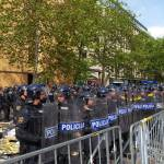 Policija pred parlamentom 02