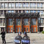 Policija pred parlamentom 03