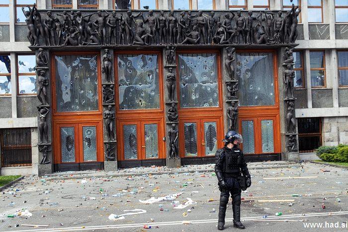Policija pred parlamentom 06
