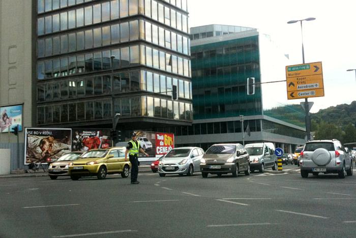 Fenomen vožnje skozi rdečo luč v križišče / kje so kamere in kazni?