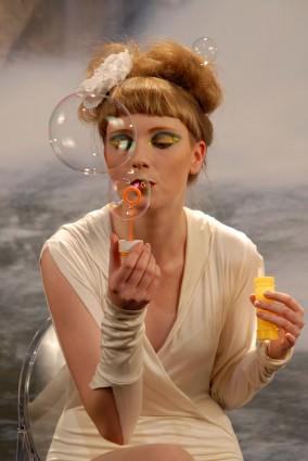 Teja Sedovšek   deklica z milnimi mehurčki   Nikonov dan fotografije fotografije