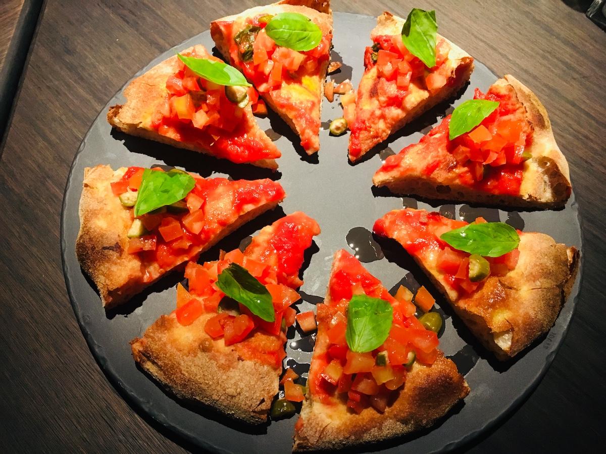Fetiche bar gourmet pizza iz kislega testa had testira pizze003