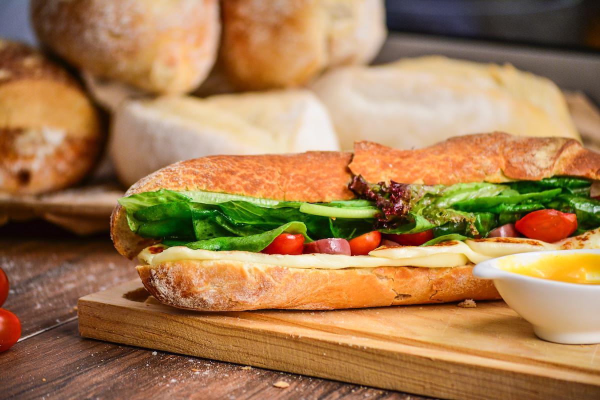 Poslanec LMŠ Darij Krajčič ukradel sendvič na seji to priznal in danes odstopil