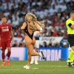 Kinsey Wolanski v kopalkah prekinila tekmo Liverpool Tottenham Kinsey je dekle Vitalya Zdorovetskiya Vitaly Uncensored