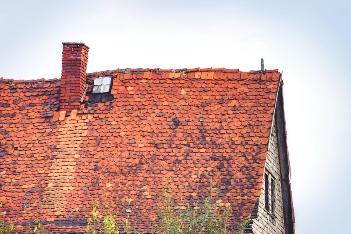 Pomagal prijatelju pri prekrivanju strehe in dobil kazen kaj pa ce je resnica malce drugacna