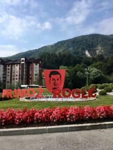 V cast Primozu Roglicu krozisce v Zagorju odeto v rdeco barvo2