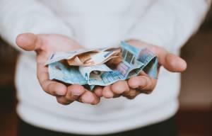 Zakaj banke zaracunajo provizijo ob donaciji za Krisa