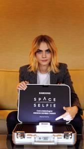Foto 1 Samsung SpaceSelfie s Caro Delevingne