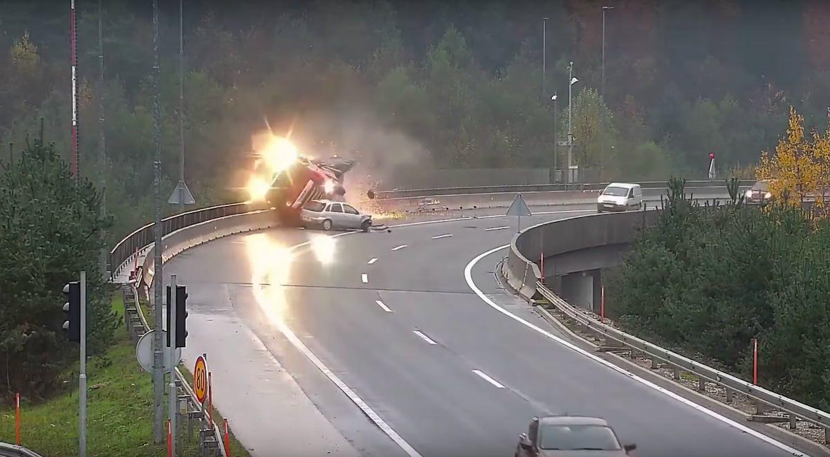 Nesreca tovornjaka na ljubljanski obvoznici Opel Corsa s ceste zrinila tovornjak