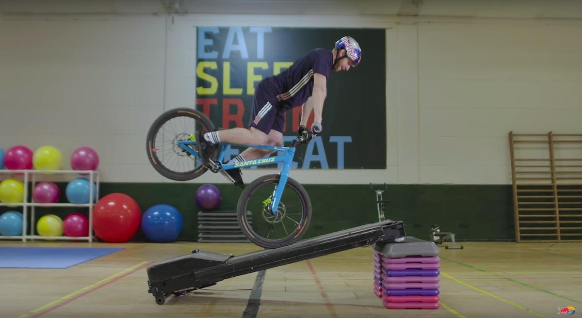 Danny MacAskills Gymnasium s kolesom v telovadnico in nemotec 22product placement22