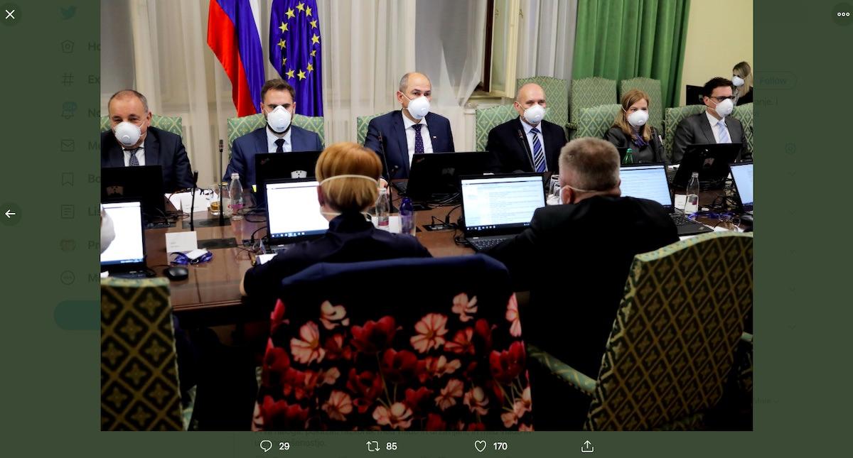 Nova vlada na prvi seji z zascitnimi maskami na obrazih kaj sporocajo prebivalcem Slovenije s tem