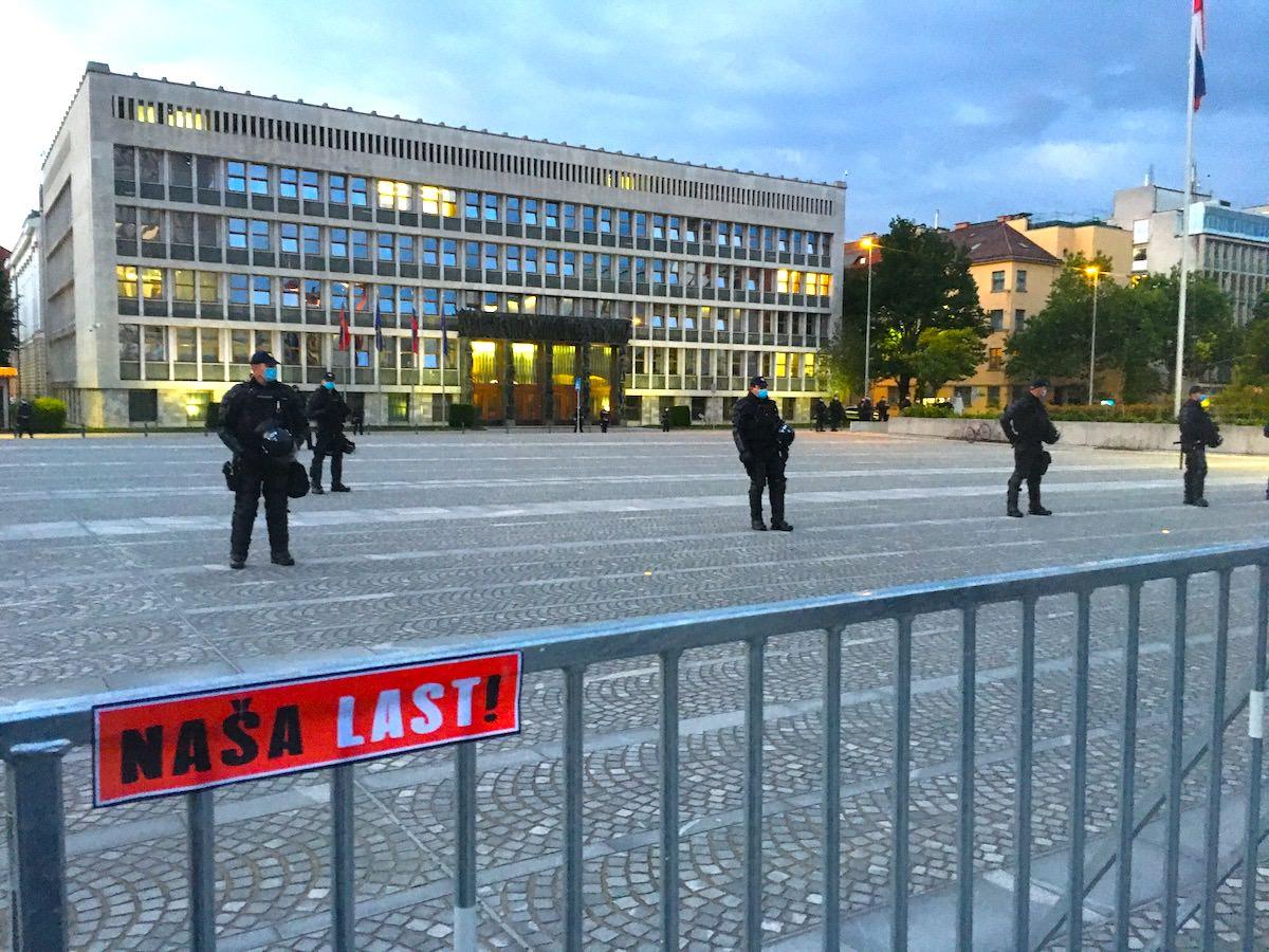 Policija pred parlamentom