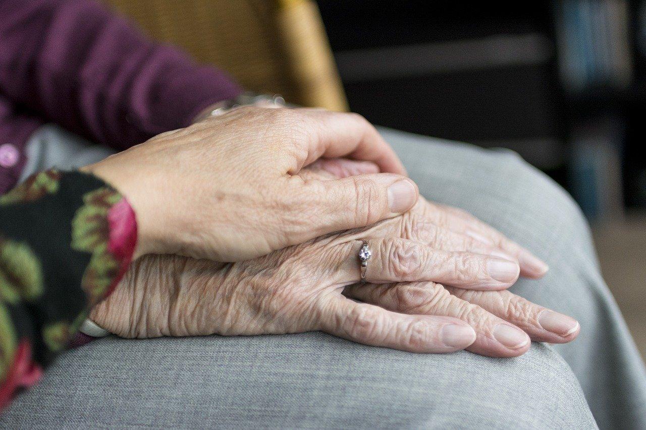 V Desusu obsojajo neprimerno izrazanje glede starejsih ljudi na vladnem Twitter racunu