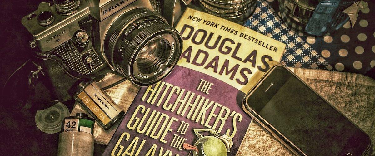 Opravicujemo se za vse nevsecnosti podkast o Stoparskem vodniku po Galaksiji Douglas Adams