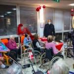 Janez Jansa obiskal starostnike v DSO brez zascitne obleke varovanci brez zascitnih mask