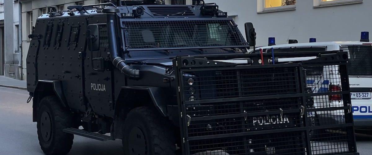 policijsko vozilo proti protestnikom 1